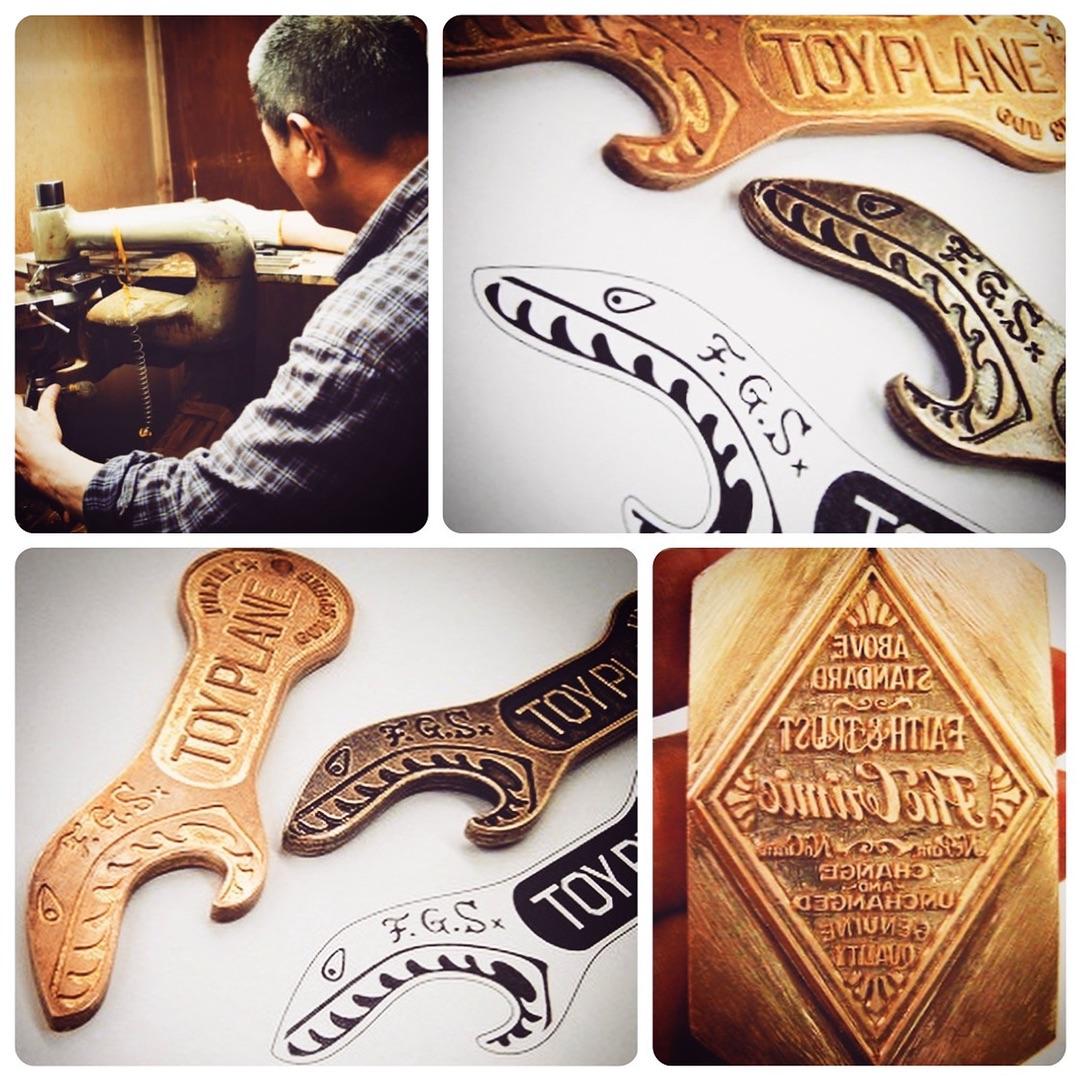 ロゴ入りのオリジナル栓抜き金具の製作依頼を頂きました。上に見えるのが、いわゆる原型 です。原型は素押し金具を同様に真ちゅうの板から、熟練の職人の技術により世界で一つだけの金具が作成されていきます。