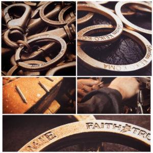 """法人さまやデザイナーさま、ブランドさま、、、さまざまな方面のお客さま向けに、オリジナルの金具から縫製作業までを含む、金属小物、革小物などの、""""完成品の商品製造""""でのお手伝いをさせて頂いています。"""