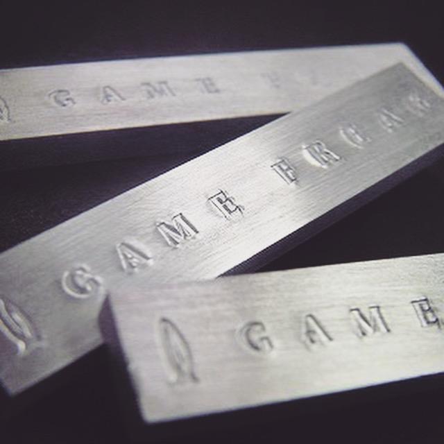 正面を研磨し刻印を打った状態。      先に磨きあげているので、メッキ加工の段階で、文字やロゴを強く磨き直す必要が無くなる為に、とてもきれいな状態のロゴを保ったまま完成品に仕上げることができます。