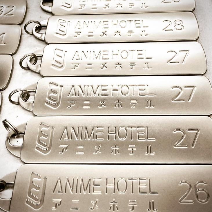 オリジナルのロゴやナンバリング、ブランドネーム、記念日、社員名、QRコード、ペットの名前などを自由に彫刻して宿泊施設用のカギ、メタルプレート、チャーム、ペンダントトップメタルプレート、アクセサリーチャームやメタルタグをオーダーメイドで作る事ができます。