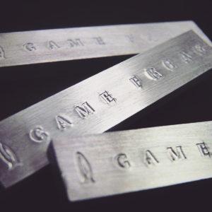 アルミニウムは金属の中でも、非常に柔らかく、粘っこい金属のため、刻印を打ったあとに、表面を磨き上げていくと、文字がぼやけてしまうのを防ぐために、、刻印を打つ前に、アルミニウムの表面を鏡面に磨き上げたる必要があります。