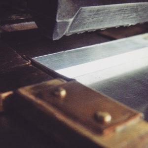 """富士通ネットワークソリューション 事業本部さまから、アルミニウム製のオリジナルロゴ入り金具のご注文を頂きました。IDケースのネックストラップとうい事から、弊社の扱える最軽量の素材""""アルミニウムを""""使用していきました。 表彰された社員のIDケースのネックストラップ部分に、金・銀・銅色で作成したオリジナル金具を取り付けたいそうです。"""