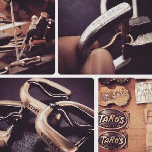 客様オリジナルのブーツや革靴に使用させる、真鍮製のロゴ入りローラーバックルのオーダー。ブランドロゴ、ロットなどを考慮して、プレスで型抜きし、同じく真鍮製のピン、ローラを取り付けて完成。