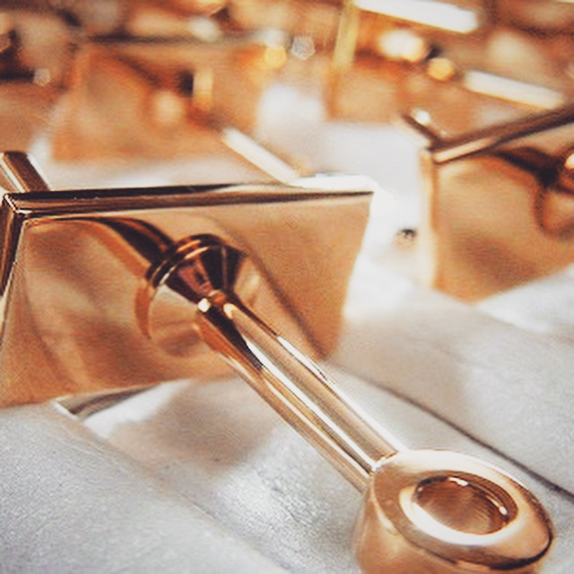 オリジナルの金具や金属小物、革小物などを作る時には、どこからスタートしたら、どの様な手順で話を進めたら、値段や納期はどれくらい掛かるのか、、? わからないことだらけかもしれません。まずはその分からないことを僕らに投げかけて下さい。