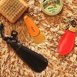 靴べらは鞄に入れてもかさばらない手のひらサイズ。携帯しておけば、外出先で靴べらがなくて困ったときも安心。