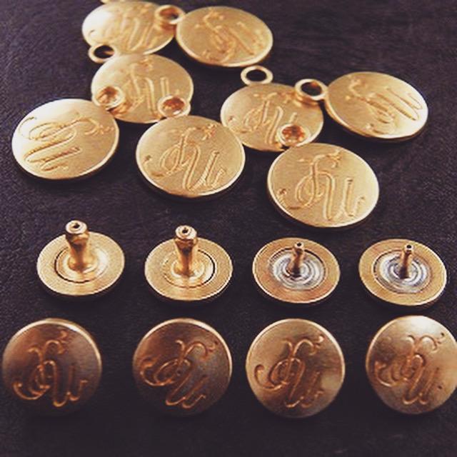 金、銀、アンティーク、ブラッシング仕上げ、様々な表情を表現する事が可能になります。