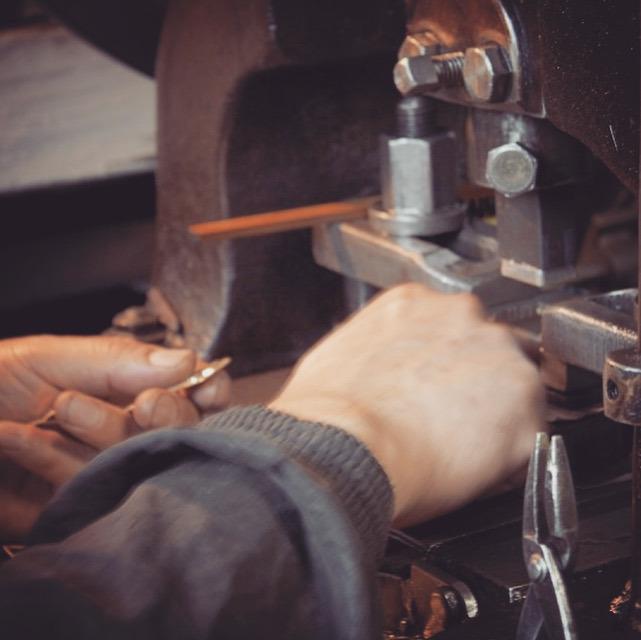 お客様がイラストレーターにて作成して下さったデザインから金型を製作し、プレス機にて成形した、いちご形オリジナルホック金具です。