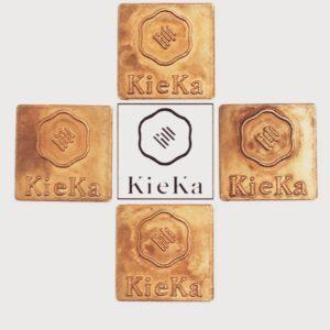 真鍮素材、ブランドオリジナルのメタルネームプレートのオーダー。真鍮製、ブランドロゴ、ロット数、使用用途、、のヒアリングから、プレス機を使用した製法で製作を進めていきます。