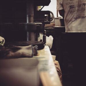 メタルハウスにて一番多い、ご相談、お問い合わせの一つが、オリジナルのボタン、カシメ、ホック、ジッパー、チャーム、タグ、ネームプレートなど、お客様のブランドロゴやモチーフを刻印したり、彫刻した、オーダーメイドの、オリジナル・特注金具を作りたいとのお話です。