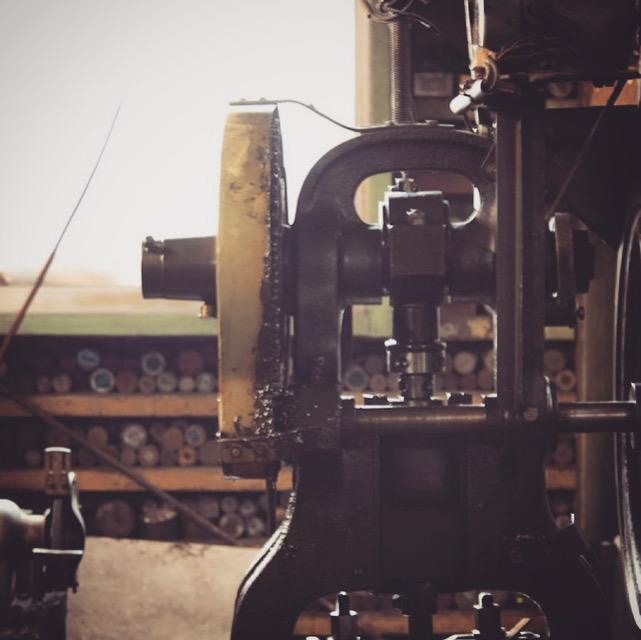 お客様のデザイン、形状、仕上がりの雰囲気、用途により、鋳物での製作か、プレスでの製作か、ベストの製造方法を決め作業を進めていきます。 イラストレーターにて作成して頂いたデザインを元に、職人の手作業にて原型(全てのオリジナル金具の元、種)を作成し、生地を取り揃えていきます。