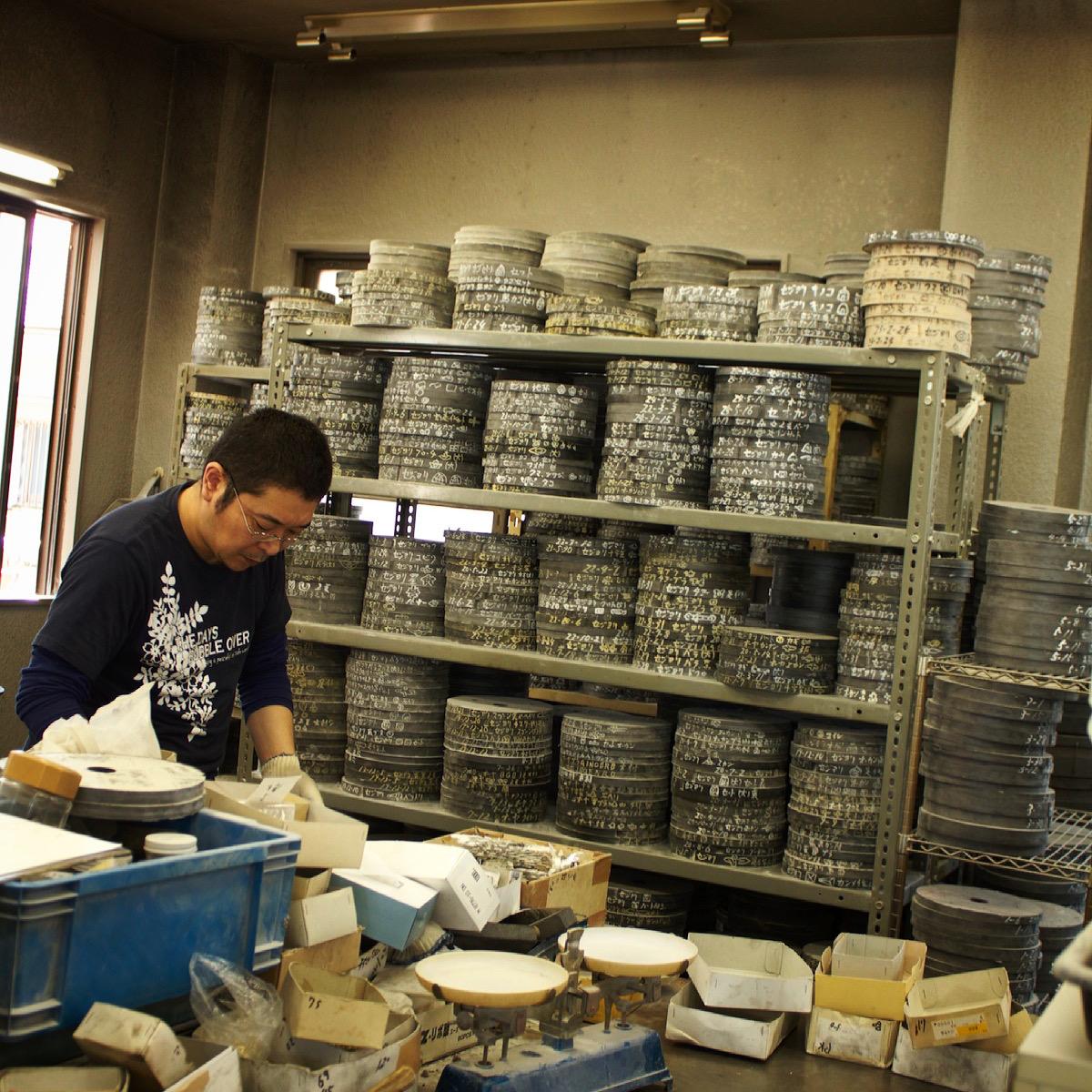 """""""鋳物職人""""   """"鋳物""""とは、溶かした金属を型に流し込んで作る金属の立体物のこと。アクセサリーやベルトなどに使う金属の部品から、動植物・人形・乗り物・建物・アルファベットなど、いろんなモノをかたどった金具を作り出す事ができます。"""