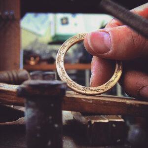デザインや形状、素材、ロット数、納期、、メタルハウス では、お客様のご要望、イメージを可能な限りオリジナルの金具やアクセサリー、そして金属小物や革小物に至るまで、形にする事ができます。