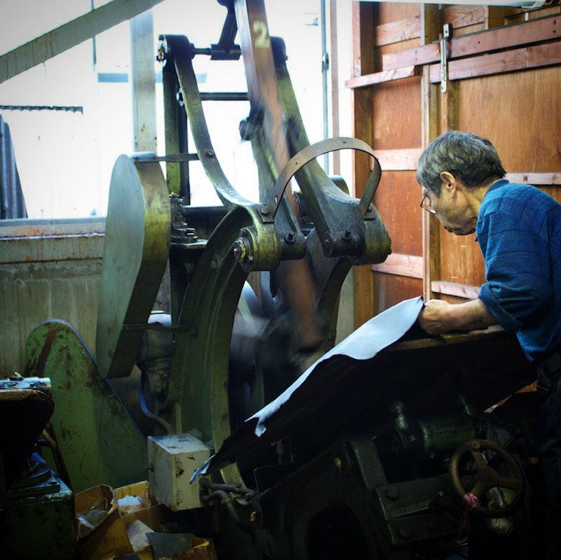 オーダーメイドのモノ作りは、熟練の職人や技術、慣れ親しんだ機械や道具に支えられています。歴史を刻んだ職人や機械や道具。長年の経験と歴史を積み重ねてきたメタルハウスだからこそ作れる誰にも真似できないモノづくりがあります。