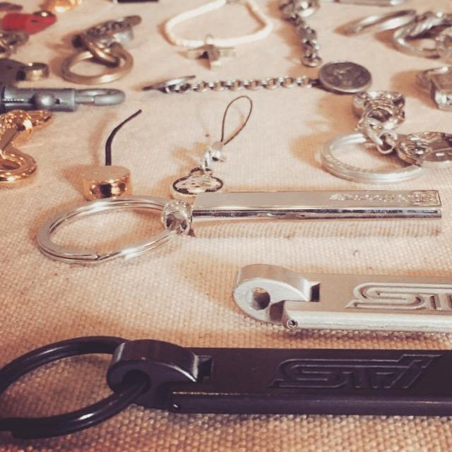 メタルハウスでは、お客様のデザインやブランド、商品にオリジナリティーや、独自性を持っていただくために、お客様オリジナルのロゴや、モチーフなどを金具に刻印したり、彫刻したり、また成型の型に直接掘り込んだり、さまざまな技術や経験を生かし、お客様オンリーワンの、オリジナル金具のモノ作りをしています。