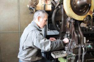 作成した金型を使用し、弊社の熟練の職人と貫禄のあるプレス機を使用し、一つずつ小さな金属のチャームを打ち抜いていきます。