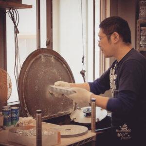 """ロサンゼルス、日本と世界でブランドを展開されているクライミー様からセクシーな女性をモチーフにしたオリジナルデザインの金具のご依頼を頂きました。 世界で一つのオリジナルキーホルダー、ピンバッジ金具の作成です。 オリジナルの金具を作成する場合、お客様のデザイン、作成数、素材の希望等によって、最高の作成方法を選択していきます。 今回は原型をお持ちだと言うことで、原型を利用することができる、ラバーキャストという製法にて形を作っていきました。 """"原型""""から量産用の""""種""""に仕上げていくために使う、長年使い込まれた、職人の道具。これがお客様のイメージを形にしていくのに大切な大切な秘密兵器です。"""