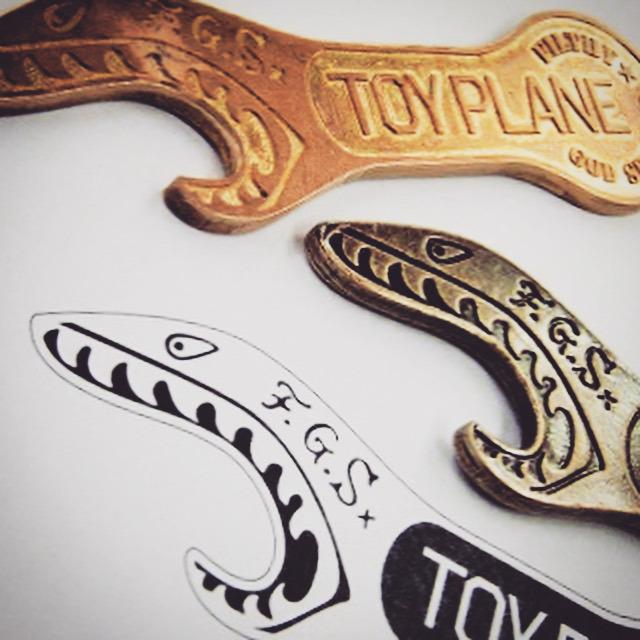真ちゅうの板から手作業で作り出さ れたとは思えない程の美しい出来映えの原型です。この原型が全ての商品の出来映えを左右する程大変重要な金具になります。