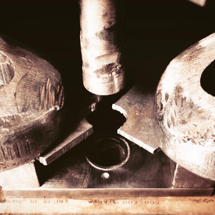 オリジナル金具製作やその他付属金具の手配、また縫製メーカーさまとの打ち合わせ、革屋さん、その他部材の仕入れに発生する手間や時間をメタルハウスに一任して革小物や金属小物の商品を製作することが可能です。  🔨 メタルハウスでは、お客様オリジナルブランド用に、アクセサリーパーツ、メタルパーツを始め、さまざまな金具を特注で作れます。