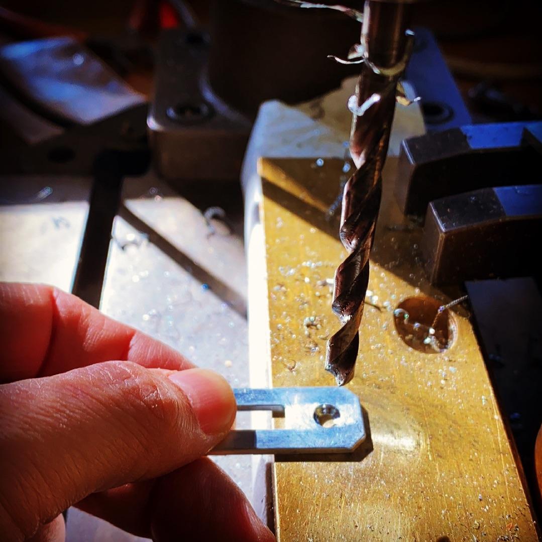 ファッション、アパレル、ブランドオリジナルの金具、商品は完全オーダーメイドで作れます。歴史を刻んだメタルハウスの道具と職人の技。誰にも真似できないモノ作りの原点がここに