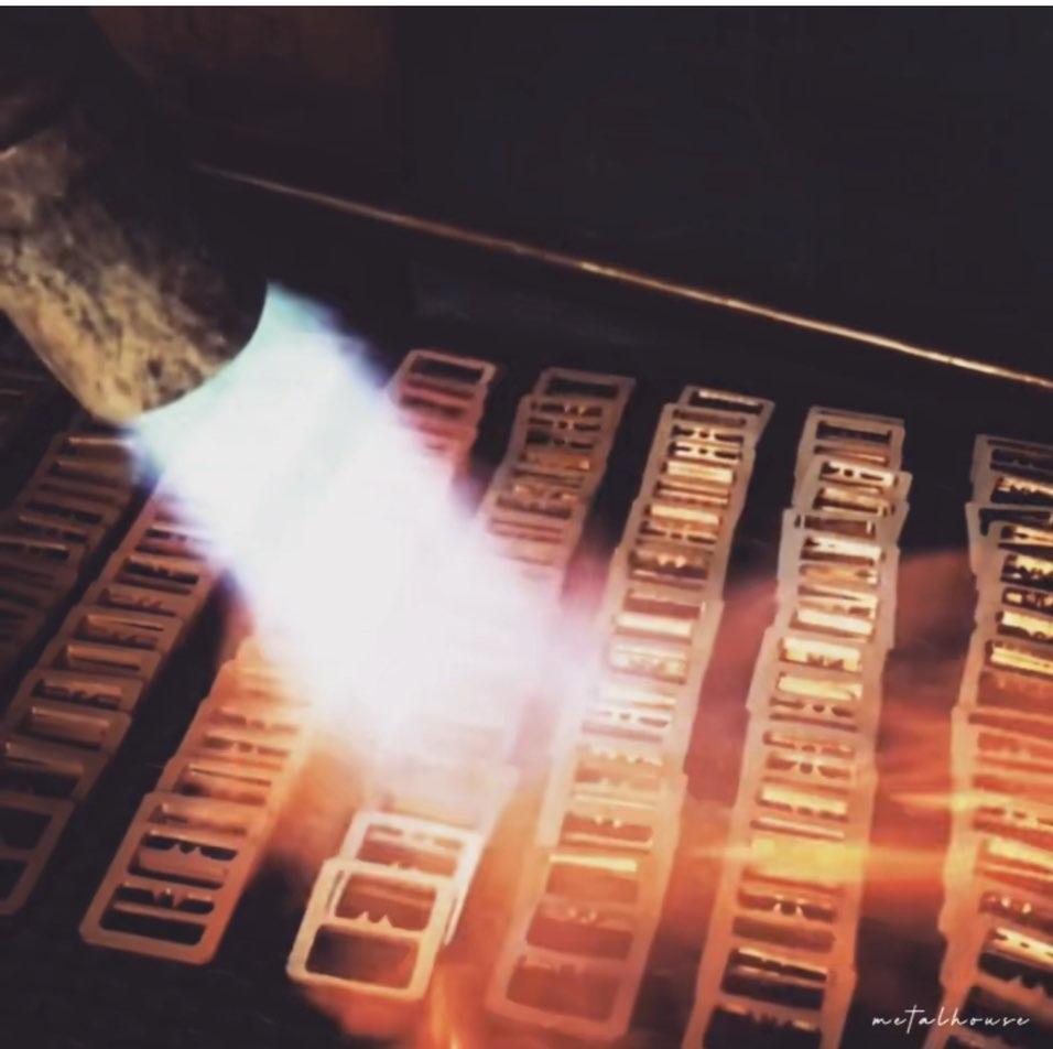 アウトドアブランドの顧客さまへの10周年の記念品向けに、メタルハウスにて製作したオリジナル金具を使用した革小物の特注生産。金融機関さまや、コンサルティング会社さまの社員向けのオリジナルICカード入れの製作。