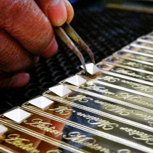 金属を正確に挽くことだけが技ではありません。金具の型そのものも職人の手から生み出されています。