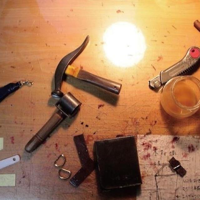 """私達は、オリジナルの金具を製作する職人達と同様に、熟練の縫製職人、縫製工場との強い結びつきがあります。そこで、今までは分業が当たり前だった、金具の技術と縫製の技術を声の届く距離に位置づけ、組み合わせる事で、""""オリジナル金具の製作""""から、""""オリジナルの革小物""""、""""金属小物""""などの""""完成品の製作""""のお手伝が可能です。"""