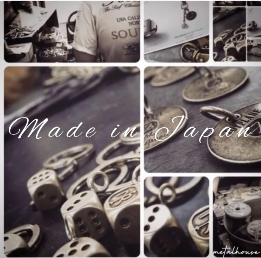 世界的なアパレルブランドさまの社名を刻印 彫刻、世界で1つだけの、オーダーメイドのキーホルダーになります。ブランドオリジナルロゴを刻印した本体に、ボールチェーンやナスカン、ダブルリングなどを取り付けて、オーダーメイドのキーホルダーを製作させて頂きました。