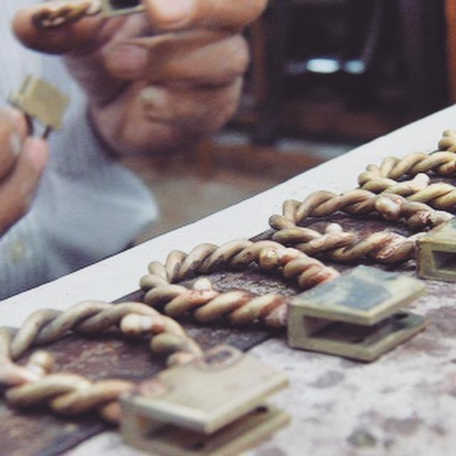 ロー付け直後に、商品が冷めたところで、組み合わせる他のパーツと位置が正確か検品していきます。 この工程で検品をすることで、より良いクオリティーの金具をお客様にお届けすることが可能になります。