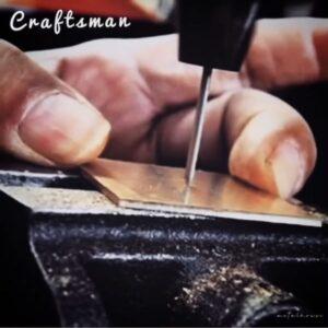 """ショールームには、オーダーメイドの金具、キーホルダー、革小物、金属小物を、サンプルとして展示しています。イタリアンナチュラルレザー""""ブッテーロ""""や""""ミネルバボックス""""で飾り付けした、オーダーメイドのキーホルダー。オリジナルデザインのバックルを付属した本革製のベルト。ドッグダグを使用したチャーム、ヌメ革と合わせたオリジナルのリードや首輪。"""