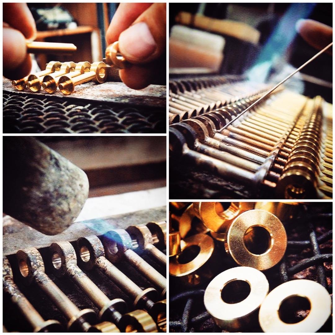 メタルハウスオリジナル・特注のケリー・バーキン金具 Original Metal Kelly Fittings お付き合いの長い大阪のお得意様より、真鍮製、手作りのケリーバーキン金具の注文を頂きました。 真鍮から、旋盤(センバン)で削りだし、それぞれの部品を組み立て、ロー付けしていきます。 ケリー金具のヒネリの部分のパーツです。 海外の商品は、コスト競争のために、ダイキャストにて一体にて製作することがほとんどですが、メタルハウスでは、磨きの為、仕上がりの光沢をより素晴らしい商品に仕上げる為に、あえて一体では作らず、ばらばらの工程にて仕上げていきます。