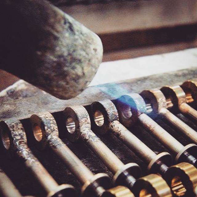 熱の伝導を考え並べられた金具を、職人の長年のカンをもとに、摂氏800度まで熱し、絶妙のタイミングでケリーの頭の2パーツを熔接していきます。