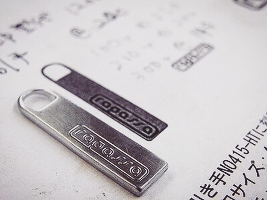 ブランド、ギフト、記念、特別なネームを刻印した、オリジナルのキーホルダー  Original Keychain Fittings  西海岸系のハードなブランドを展開なされているブランドさまから、オリジナル、ネームプレート、ロゴ入りのサイコロ金具、それに大き目のナスカンが付いた特注のキーホルダーのご注文を頂きました。