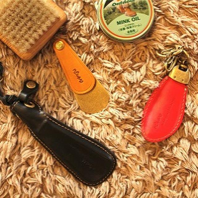 靴べらは鞄に入れてもかさばらない手のひらサイズ。携帯しておけば、外出先で靴べらがなくて困ったときも安心。        左から、アルミニウムの芯材を使用した軽くて強いオールレザーの靴べらです。        真ん中の靴べら付きキーホルダーは、金具屋メタルハウスの大ベストセラー。さまざまな似寄りのデザインが出回っていますが、始まり、いわゆる元祖はメタルハウスのが発祥なんですね。        右の靴べらは、コンパクトな折りたたみ式なので、ポケットにいれてもOK.小さくても本格的な靴べらとして使用が可能です。