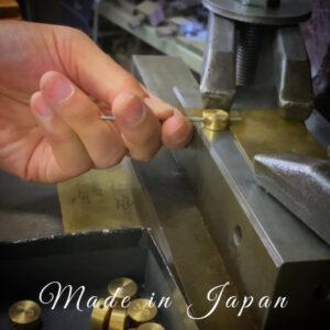 ブランドイメージ、プロダクトにアクセントや装飾を飾れるオリジナル金具は全て職人達と機械達によって丁寧にひとつひとつ生み出されています。 🔨 Punching customer's original logos and making their metal name plates for their original brand.