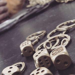 """こちらもブランドオリジナルで作成させて頂いたサイコロの金具です。 チーフをサイコロの目""""1""""としてデザインされています。"""