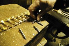 ブランドロゴを刻印した、オートクチュールのオリジナルアクセサリーリング。   Creating original metal double rings and accessories with customer's original brand logos. They will be used for their original keychains or small gadgets.