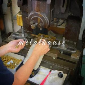 メタルハウスのプレスの技術は数十トンもあるプレス機をもちいて、模様のついた型を金属に押し付けることで、金属の表面に様々な刻印、模様をほどこす技術のことです。 🔨 We can create original metals or accessories for customer's original brand. Choosing materials, colors or engraving logos are available.