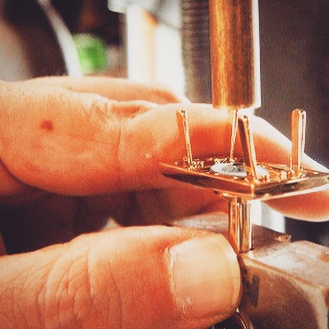メッキ加工後の組み立て作業。  組み立て作業の型も全て手作りです。
