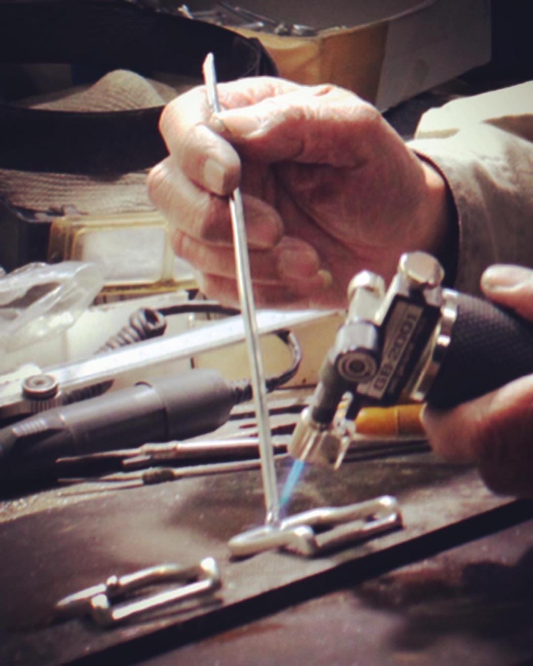 リジナルベルトバックル用の原型作り。お客様のイメージを形にする大切な技術。 歴史を刻んだ職人や機械や道具。誰にも真似できないモノ作りがここにあります。