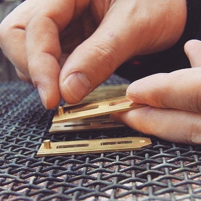 生地の製作から、加工、磨き、メッキ、全ての工程を、それぞれの分野に精通した熟練の職人がひとつひとつ丁寧に金具と向かい合いながら大切に作り上げていきます。