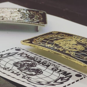 お客様が自由に、イメージや、ブランドロゴ、デザイン、色目、ロットなどを決めて、完全オーダーメイドで作成致します。ロットなどを考慮して、原型製作、鋳物での生産、メッキ、色付けをして完成。 Creating original metal buckles for kickboxing gym members.