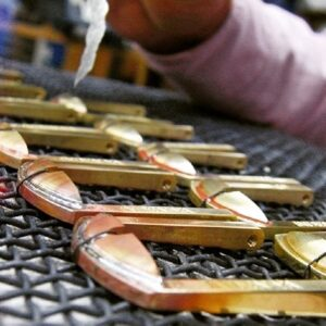 職人の手作業にて原型(全てのオリジナル金具の元、種)を作成したり、金属から削り出しながら金具を成形して行ったり、鋳物の技術でアクセサリーを作ったり、オーダーメイドのデザインに合わして、巧みに技術をつなぎ合わしながら、お客様のイメージを形にします。
