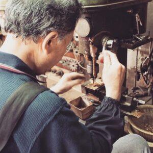 オリジナルブランドの金具にブランドネームを付け加えたいとのリクエストを頂きました。こだわりを形に作りあげる為、真鍮削り出しの製法をにて製作を行います。