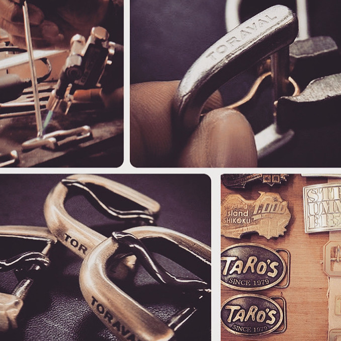 ブーツ用、真ちゅう製、オリジナルブランドロゴ入り、特注バックル。真鍮を数十トンの力で型打ちしてロゴを刻印、その後抜き型を使用して再度打ち抜き成形する手間の掛かる精密な製作方法。一文字一文字が丁寧に刻印され、ブランドの価値をより一層価値のあるものにするオリジナルのバックル。