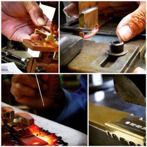 ブランドロゴ、ロットなどを考慮して、プレスで型抜きしたり、同じく真鍮製のピン、ローラを取り付けて完成。使うたびに味わいを増す、真鍮本来の色味、経年変化を楽しめる、真鍮生地磨き仕上げ。