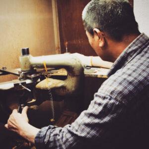 """メタルハウスでは、オリジナルの金具製作のお手伝いのみならず、弊社が開発した""""製品""""や、""""デザインサンプル""""の中から、お客様のお好きなものを選んで頂き、お客様オリジナルのブランド名やロゴを刻印し、革の縫製を行い、お客様のオリジナル製品として製作することが可能です。"""