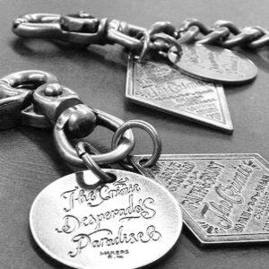 学校法人さまより卒業生へ、オリジナルの金具をその他の付属パーツと組み合わせた記念のキーホルダーの製作。 また、自動車販売店さまのお客さまへの金属革小物の贈呈品などなど、、、。