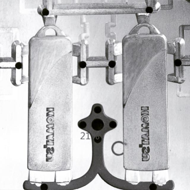 ブランドイメージ、プロダクトにアクセントや装飾を飾れるオリジナル金具は全て職人達と機械達によって丁寧にひとつひとつ生み出されています。