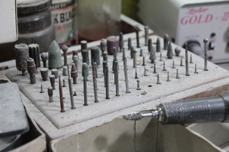お客様オリジナルブランドのキーホルダーやアクセサリーを作り上げる為に、メタルハウスでは、プレス、鋳物、削り出し、腐食、、様々な製法を使いこなします。また、真ちゅう、鉄、銀、亜鉛、アルミニウム、ステンレス、様々な素材も取り扱うことが可能です。
