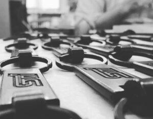 """自動車ブランドの中において、スポーツ仕様のみに使用されるオリジナルのエンブレムロゴ""""STI""""を刻印したキーホルダーを製作させて頂きました。 🔨 Creating original metal keychains and accessories with customer's original brand logos for one of the most sophisticated Japanese auto mobile company."""
